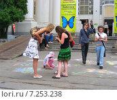 Купить «Дети рисуют мелками на асфальте на ВВЦ (ВДНХ) в Москве», эксклюзивное фото № 7253238, снято 27 июня 2009 г. (c) lana1501 / Фотобанк Лори