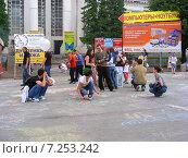 Купить «Люди рисуют мелками на асфальте на ВВЦ (ВДНХ) в Москве», эксклюзивное фото № 7253242, снято 27 июня 2009 г. (c) lana1501 / Фотобанк Лори
