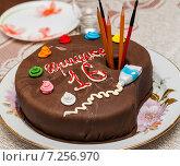 Самодельный торт в виде коробки с красками и карандашами стоит на тарелке. Стоковое фото, фотограф Игорь Низов / Фотобанк Лори