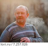 Купить «Мужчина курит сигарету при вечернем освещение», эксклюзивное фото № 7257026, снято 12 апреля 2015 г. (c) Игорь Низов / Фотобанк Лори