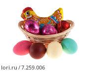 Пасхальный набор: Шоколадная курица и Крашенные яйца (2015 год). Редакционное фото, фотограф Литвяк Игорь / Фотобанк Лори