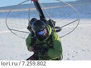 Купить «Подготовка к полёту на мотопараплане», фото № 7259802, снято 14 декабря 2014 г. (c) Александр Литовченко / Фотобанк Лори
