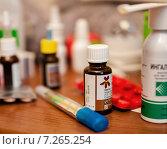 Капсулы, таблетки и баночки с лекарствами лежат на тумбочке (2015 год). Редакционное фото, фотограф Игорь Низов / Фотобанк Лори