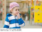 Купить «Девочка сосет палец на детской площадке», фото № 7273034, снято 10 апреля 2015 г. (c) Иванов Алексей / Фотобанк Лори