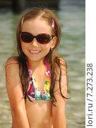 Портрет улыбающейся девочки в пёстром купальнике и тёмных очках. Стоковое фото, фотограф Елена Золотова / Фотобанк Лори