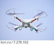 Купить «Квадрокоптер с видеокамерой в небе», эксклюзивное фото № 7278102, снято 1 сентября 2014 г. (c) Dmitry29 / Фотобанк Лори
