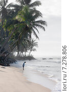 Поклон мужчины на берегу Индийского океана ранним утром, фото № 7278806, снято 9 ноября 2009 г. (c) Эдуард Паравян / Фотобанк Лори