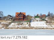 Купить «Сельский пейзаж с домами на берегу реки», эксклюзивное фото № 7279182, снято 14 марта 2015 г. (c) Елена Коромыслова / Фотобанк Лори