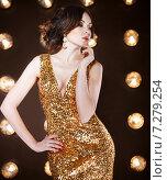 Купить «Суперзвезда в золотом блестящем платье», фото № 7279254, снято 21 октября 2018 г. (c) Дарья Петренко / Фотобанк Лори