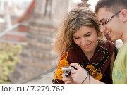 Счастливые туристы рассматривают фотографии в фотокамере, фото № 7279762, снято 11 декабря 2010 г. (c) Эдуард Паравян / Фотобанк Лори