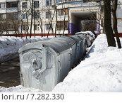 Купить «Контейнеры для сбора отходов во дворе жилого дома», фото № 7282330, снято 27 марта 2013 г. (c) Vadim Polishchuk / Фотобанк Лори