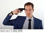 Купить «Молодой мужчина в пиджаке с револьвером у виска», фото № 7282994, снято 19 апреля 2015 г. (c) Ивашков Александр / Фотобанк Лори