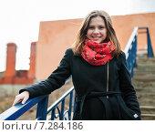 Портрет счастливой девушки стоящей на длинной лестнице. Стоковое фото, фотограф Игорь Низов / Фотобанк Лори
