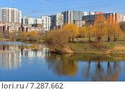Купить «Московские новостройки. Пенягинский пруд в ландшафтном парке, Митино», фото № 7287662, снято 18 апреля 2015 г. (c) Валерия Попова / Фотобанк Лори