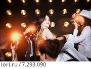 Купить «Суперзвезда позирует для папарацци», фото № 7293090, снято 21 октября 2018 г. (c) Дарья Петренко / Фотобанк Лори
