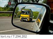 Жёлтый грузовой автомобиль отражается в зеркале заднего вида. Стоковое фото, фотограф Николай Полищук / Фотобанк Лори