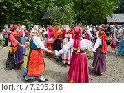 Купить «Праздник Троицы в Нижнем Новгороде. Хоровод», фото № 7295318, снято 14 июля 2018 г. (c) Igor Lijashkov / Фотобанк Лори