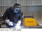 Купить «Балашиха,  345-й Механический завод. Сварщик сваривает деталь», эксклюзивное фото № 7295642, снято 19 марта 2015 г. (c) Дмитрий Неумоин / Фотобанк Лори