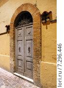 Купить «Старая входная дверь», фото № 7296446, снято 6 ноября 2013 г. (c) Евгений Ткачёв / Фотобанк Лори