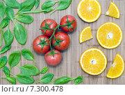 Листья шпината, дольки апельсина и куча помидор на бамбуковой салфетке. Стоковое фото, фотограф Петрова Инна / Фотобанк Лори