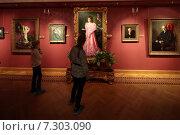 Купить «Москва, посетители в Картинной галерее имени Александра Шилова», эксклюзивное фото № 7303090, снято 5 апреля 2015 г. (c) Дмитрий Неумоин / Фотобанк Лори