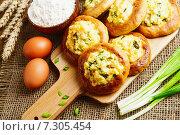 Купить «Шаньги на разделочной доске», фото № 7305454, снято 24 апреля 2015 г. (c) Надежда Мишкова / Фотобанк Лори