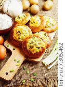 Купить «Шаньги с картофелем и зеленым луком и ингредиенты для приготовления на столе», фото № 7305462, снято 24 апреля 2015 г. (c) Надежда Мишкова / Фотобанк Лори