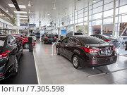 Купить «Автомобиль Hyundai Elantra в автосалоне, официальные дилер», фото № 7305598, снято 22 апреля 2015 г. (c) Кекяляйнен Андрей / Фотобанк Лори