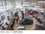Купить «Автосалон по продаже автомобилей марки Hyundai, вид сверху», фото № 7305602, снято 22 апреля 2015 г. (c) Кекяляйнен Андрей / Фотобанк Лори