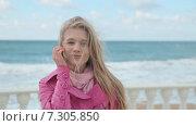 Купить «Портрет блондинки на ветреной набережной», видеоролик № 7305850, снято 21 апреля 2015 г. (c) Denis Mishchenko / Фотобанк Лори