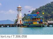 Купить «Маяк на пирсе Банг Бао на острове Ко Чанг», фото № 7306058, снято 2 апреля 2015 г. (c) Олег Жуков / Фотобанк Лори