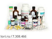 Купить «Медикаменты на белом фоне», эксклюзивное фото № 7308466, снято 25 апреля 2015 г. (c) Юрий Морозов / Фотобанк Лори