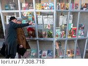 Купить «Мужчина показывает дорогу прохожему около киоска Союзпечать с советской прессой времен 1967 года. Во время съемок фильма на главной аллее ВДНХ в городе Москве», фото № 7308718, снято 25 апреля 2015 г. (c) Николай Винокуров / Фотобанк Лори