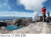 Купить «Туристы на вершине действующего вулкана Горелый на полуострове Камчатка», фото № 7309838, снято 21 июля 2013 г. (c) А. А. Пирагис / Фотобанк Лори