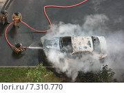 Пожарные тушат автомобиль. Стоковое фото, фотограф Шайкина Наталья / Фотобанк Лори