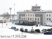 Аэровокзал аэропорта Петропавловск-Камчатский (аэропорт Елизово) во время снегопада и плохой видимости (2015 год). Редакционное фото, фотограф А. А. Пирагис / Фотобанк Лори