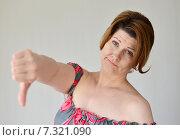Купить «Женщина показывает жест разочарования большой палец вниз», фото № 7321090, снято 25 апреля 2015 г. (c) Володина Ольга / Фотобанк Лори
