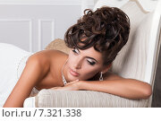 Портрет молодой красивой невесты на диване. Стоковое фото, фотограф Людмила Дутко / Фотобанк Лори
