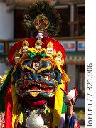 Монах исполняет священный танец масок Цам (Cham dance) на буддийском фестивале в монастыре в Гималаях, в Сиккиме, северо-восточная Индия (2011 год). Стоковое фото, фотограф Олег Иванов / Фотобанк Лори