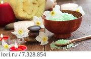 Спа натюрморт, содержащий соль для ванны, камни, массажное масло, свечи и цветы. Стоковое видео, видеограф Sanda Stanca / Фотобанк Лори