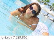 Девушка в темных очках лежит в воде. Стоковое фото, фотограф Елена Золотова / Фотобанк Лори