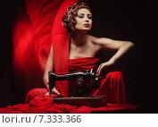 Купить «pinup woman with sewing machine», фото № 7333366, снято 6 ноября 2011 г. (c) Goinyk Volodymyr / Фотобанк Лори