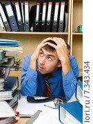 Купить «Офисный работник, стрессовая нагрузка», фото № 7343434, снято 27 сентября 2009 г. (c) Владимир Мельников / Фотобанк Лори