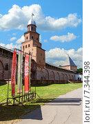 Купить «Башни Новгородского Кремля и изображение солнца на славянском флаге», фото № 7344398, снято 27 апреля 2015 г. (c) Зезелина Марина / Фотобанк Лори
