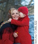 Девушка-славянка с девочкой, дочкой, в павловопосадских платках. Стоковое фото, фотограф Екатерина Тимонова / Фотобанк Лори