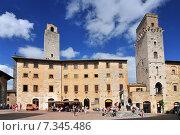 Historic towers and public cistern, Piazza della Cisterna, San Gimignano, Tuscany, Italy. Стоковое фото, агентство BE&W Photo / Фотобанк Лори