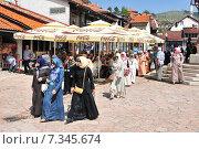 Muslim women walk on Bascarsija the old town. Sarajevo has a mixture of muslim catholic and orthodox population. Редакционное фото, агентство BE&W Photo / Фотобанк Лори