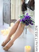 Женские ноги с букетом цветов на коленях. Стоковое фото, фотограф Дарья Петренко / Фотобанк Лори