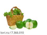 Фруктовая корзина - зеленый виноград и яблоки. Стоковое фото, фотограф Яна Захарова / Фотобанк Лори