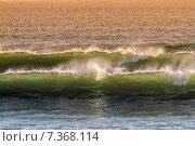 Купить «Восход солнца и блестящие волны в океане», фото № 7368114, снято 25 июня 2019 г. (c) Константин Трубавин / Фотобанк Лори
